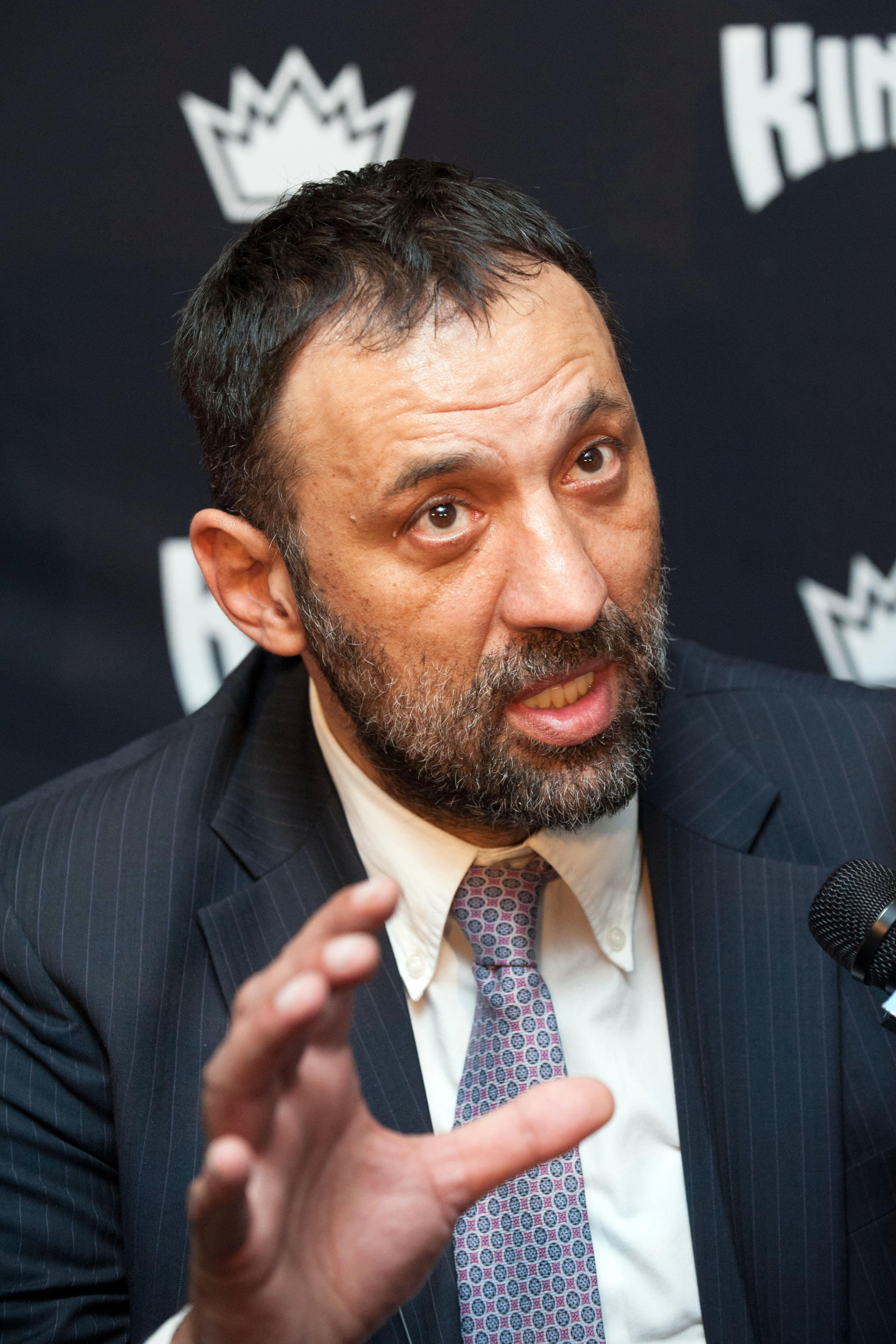 Kings Sign Vlade Divac To Extension